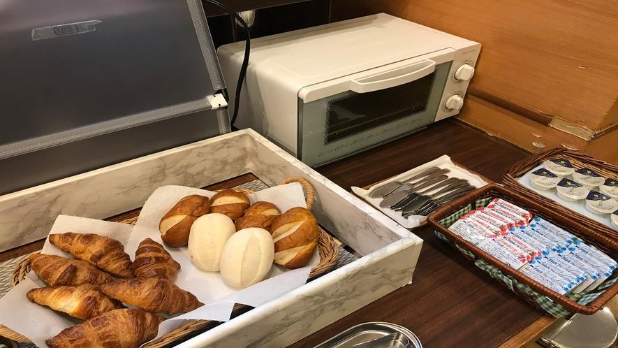 朝食【焼きたてのクロワッサンや数種類のパンをお好みでどうぞ♪】
