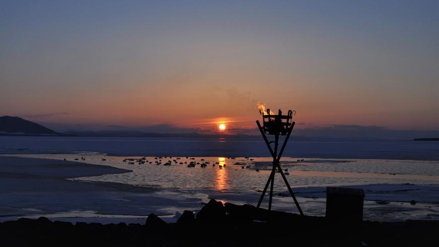 【サロマ湖の夕日(冬)】夕日の名所サロマ湖。日によって異なる表情が何とも言えない魅力を放ちます。