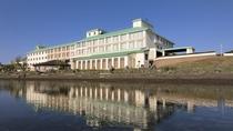 【外観(春~夏)】サロマ湖畔に佇むリゾートホテル!ホテル目の前には、サロマ湖の雄大な自然が広がります
