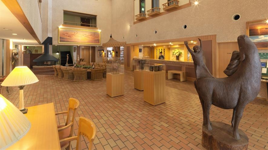 【ロビー】開放感溢れる吹き抜けのロビー。オーディオ・図書コーナーなどの寛ぎスペースをご用意。
