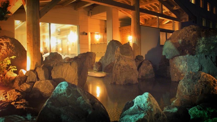 【1F和風大浴場】夜は温かみのある照明でさらに情緒あふれます