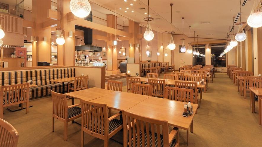 【ビュッフェレストラン ラ・メール】サロマ湖に面した大きな窓と吹き抜けの空間が開放的なレストラン