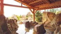 【1F和風大浴場】700tもの岩石を組み上げた野趣あふれる庭園の露天風呂