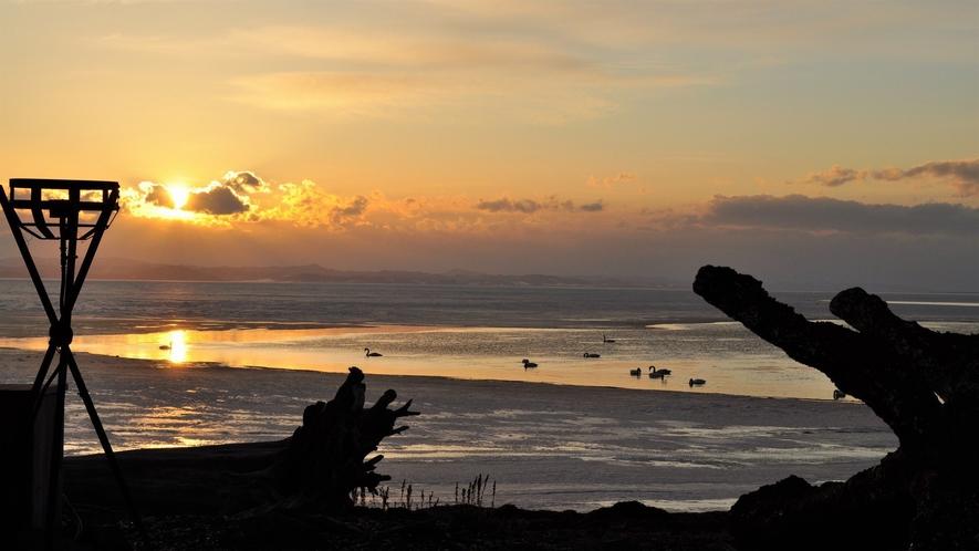 【サロマ湖の夕日(冬)】夕日の名所サロマ湖。夕景の素晴らしさが胸を打ち何もしない贅沢な時間を過ごす。