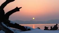 【サロマ湖の夕日(冬)】雲のない日は、オホーツクに沈む夕日と一面を染める美しいグラデーションの空。