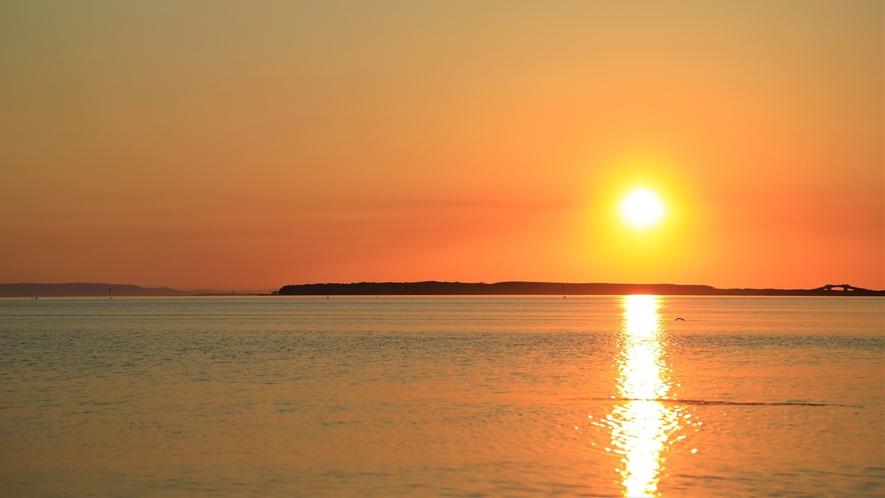 【サロマ湖の夕日(春~秋)】当館から眺める黄昏の風景はまさに絶景です。