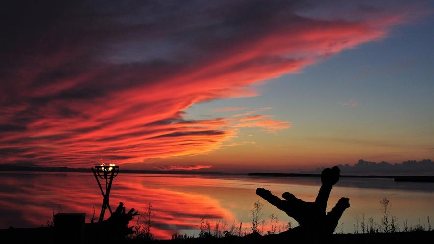 【サロマ湖の夕日(春~秋)】大いなる自然への回帰、今日も美しい夕日が湖と空をひとつに染めています。
