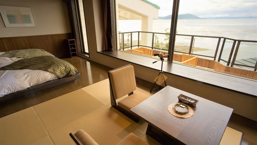 【湖&夕日側】ローベッド和洋室/壁一面が大きな窓になっていてまるで一枚絵のよう!(客室一例)