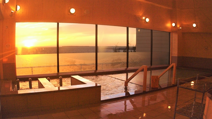 【2F北欧風大浴場(内湯)】内風呂からも露天風呂からも、雄大なサロマ湖が眺められる眺望自慢の大浴場。