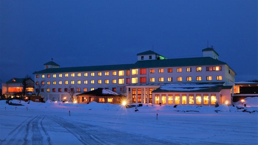 【外観(冬)】サロマ湖畔に佇むリゾートホテル!ホテル目の前には、サロマ湖の雄大な自然が広がります