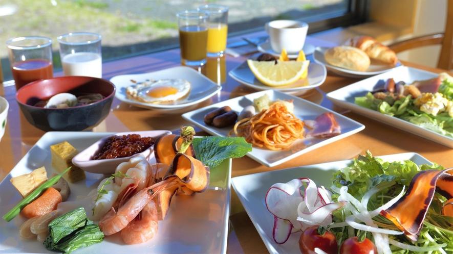 【朝食バイキング】明るいレストランで爽やかな一日の始まりを(イメージ)
