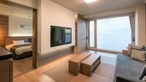 【湖&夕日側】リゾートスイート/プライベート感が嬉しい寛ぎのリビング(客室一例)
