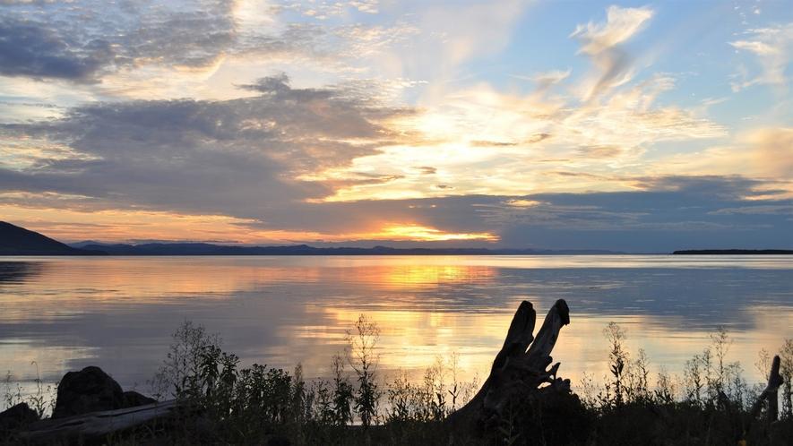 【サロマ湖の夕日(春~秋)】日中青空が広がっていた日の夕日は、青とオレンジのコントラストが美しい。