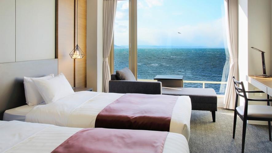 【湖&夕日側】リゾートツイン・シャワーブース付/窓一面に広がる雄大なサロマ湖の景色を満喫(客室一例)
