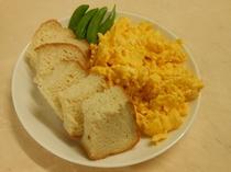 焼き立てパンとスクランブルエッグ