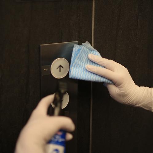 エレベーターボタンの消毒(画像はイメージです)