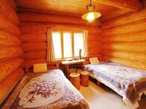 丸太に囲まれた寝室