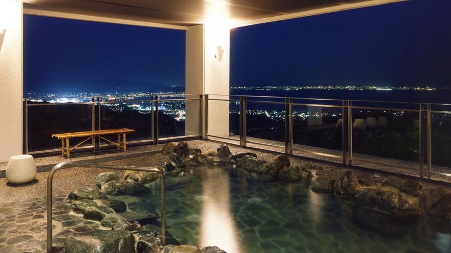 ◆天然温泉露天風呂【やまももの湯】夜には蒲郡市街の夜景を見ながらゆったりと。