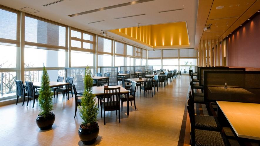 ◆レストラン【あおい】窓際は海を眺めながらお料理をお楽しみいただけます。