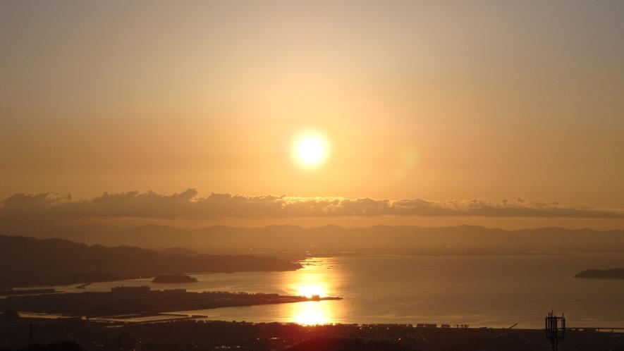 ◆【眺望】水平線から昇る晴れた日の朝日は、息をのむ美しさ。
