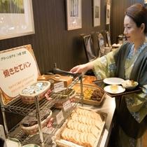 【朝食バイキング】焼きたてのパンも人気です!