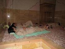 岩盤浴「天華」(旅館から車で5分)/塩の蔵…ヒマラヤ産のピンクの塩/お肌がつるつるします
