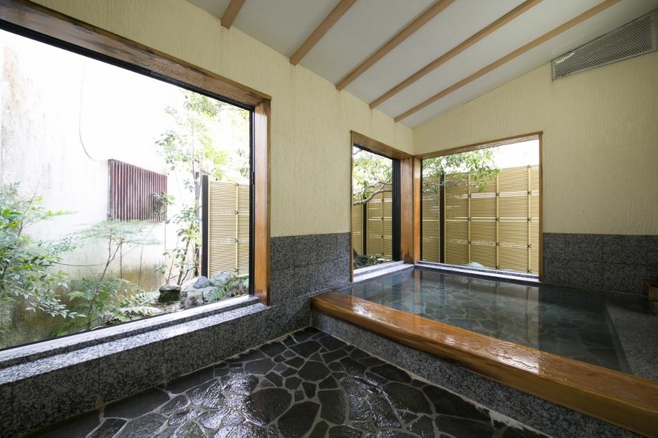 貸切風呂【石蕗の湯】半露天造りのお風呂。大きい窓を開けて開放的にお入りいただけます。