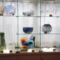 *【ロビー】ガラス工房が隣接する当館。ロビーには美しいガラス工芸の数々が展示。