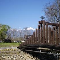 *【ビレッジの景色】橋を渡った先に宿泊棟が。小川も流れるのどかな風景!