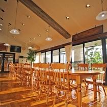 *【レストラン】併設のフリースペース 窓が大きいので西日が差し込みポカポカと暖かいです。