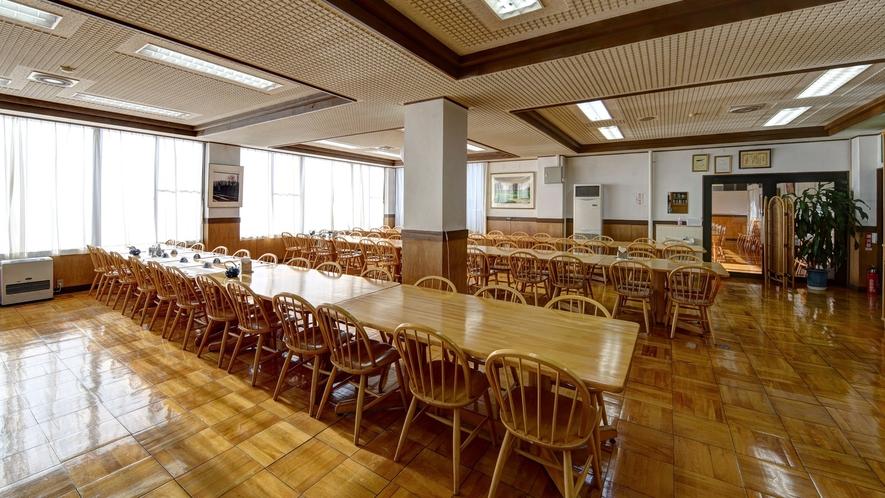 *【レストラン】昼間は自然光が優しく差し込む食堂でお食事をお召し上がりください。