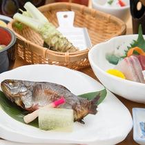 *【スタンダードお夕食一例】お惣菜やお鍋、新鮮なわさびなど豊かな信州の食材をお楽しみください。