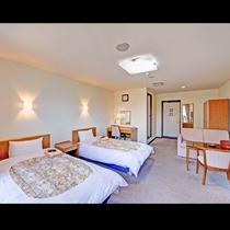 *【ツインルーム・ユニットバス付き】テーブル&ソファとは別にデスクがある広めなお部屋です。