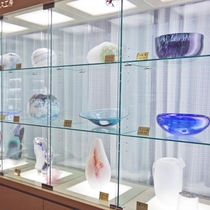 *敷地内【安曇野ガラス工房】生徒さん達の力作を館内に展示いたしております。