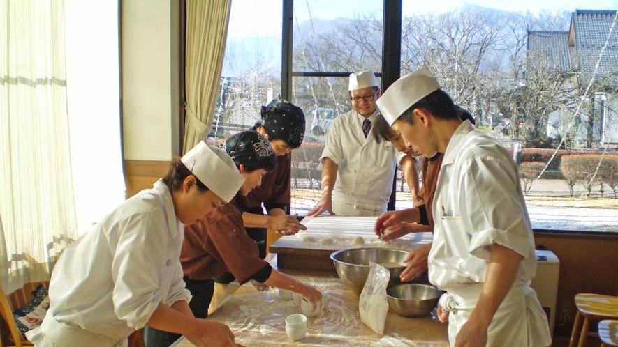 *お正月はスタッフ総出で信州産のもち米で『手作り鏡餅』を作ります!