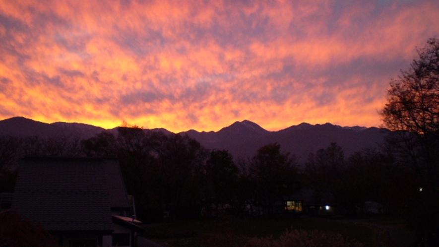 *【ビレッジの景色】美しい夕焼けに包まれる北アルプスの山々。こんな景色がご覧頂ける日も☆