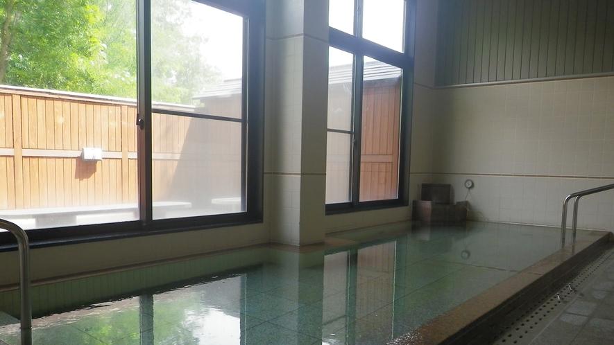 *【大浴場】ミネラル分たっぷりの湧き水を沸かしたお湯は、やさしい湯触りが特徴。