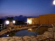 【露天風呂・夜】満天の星空、旅情を誘う漁火など旅人の疲れを癒します♪