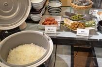 ひとめぼれ米、多彩なお付け物もご一緒に。