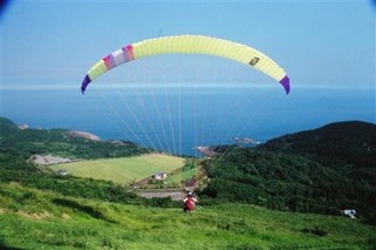 米の山から翔び立つパラグライダー