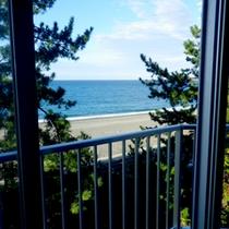 【和室一例】お部屋からは目の前の翡翠海岸がご覧いただけます。