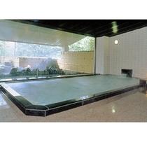 肌にやさしい単純アルカリ泉の大浴場