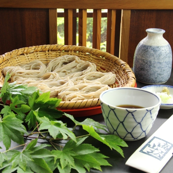 別注の「戸隠蕎麦」6ボッチ盛り。戸隠蕎麦の特徴である「ボッチ盛り」でお出しいたします。