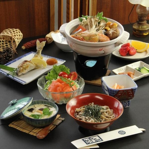 冬季は体が温まるお鍋を中心としたお料理。海鮮ときのこの彩鍋