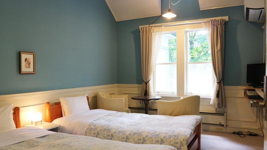 *【洋室ツイン一例】天井が高く開放的!天窓から自然光をたくさん取り込み明るい客室です