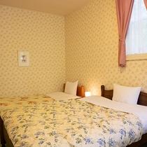 *【メゾネット洋室一例】2階建て構造の客室で、2階は寝室(洋室:シングル2台・ダブル1台)