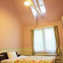 *【洋室ダブル一例】天井が高く開放的!天窓から自然光をたくさん取り込み明るい客室です