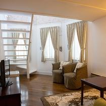 *【メゾネット和室一例】2階建て構造の客室で、1階は寛ぎスペース(洋室)となっております