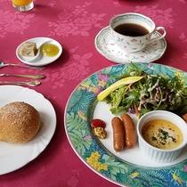 *【朝食全体一例】ご主人自慢の手作りパン&ヨーグルトをはじめとしたバランスの取れた「洋食」