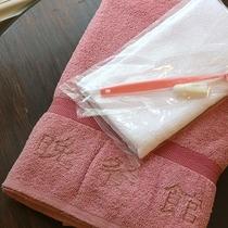 *【アメニティ一例】お部屋にバスタオル、タオル、歯磨きセットをご用意しております